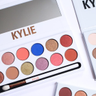 kylie_jenner___bad_buzz_pour_sa_royal_peach_palette_kylie_cosmetics_8749_north_1200x_white